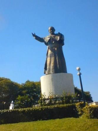 Cuelgan granada en la mano del monumento al Papa… era de juguete