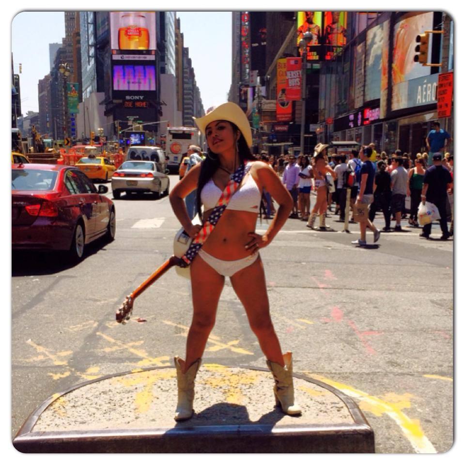 """""""Vaquera desnuda"""" mexicana conquista Time Square"""