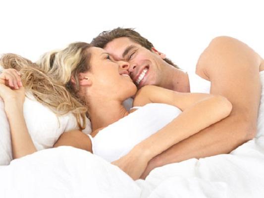 El sexo genera más felicidad que el dinero, revela un estudio