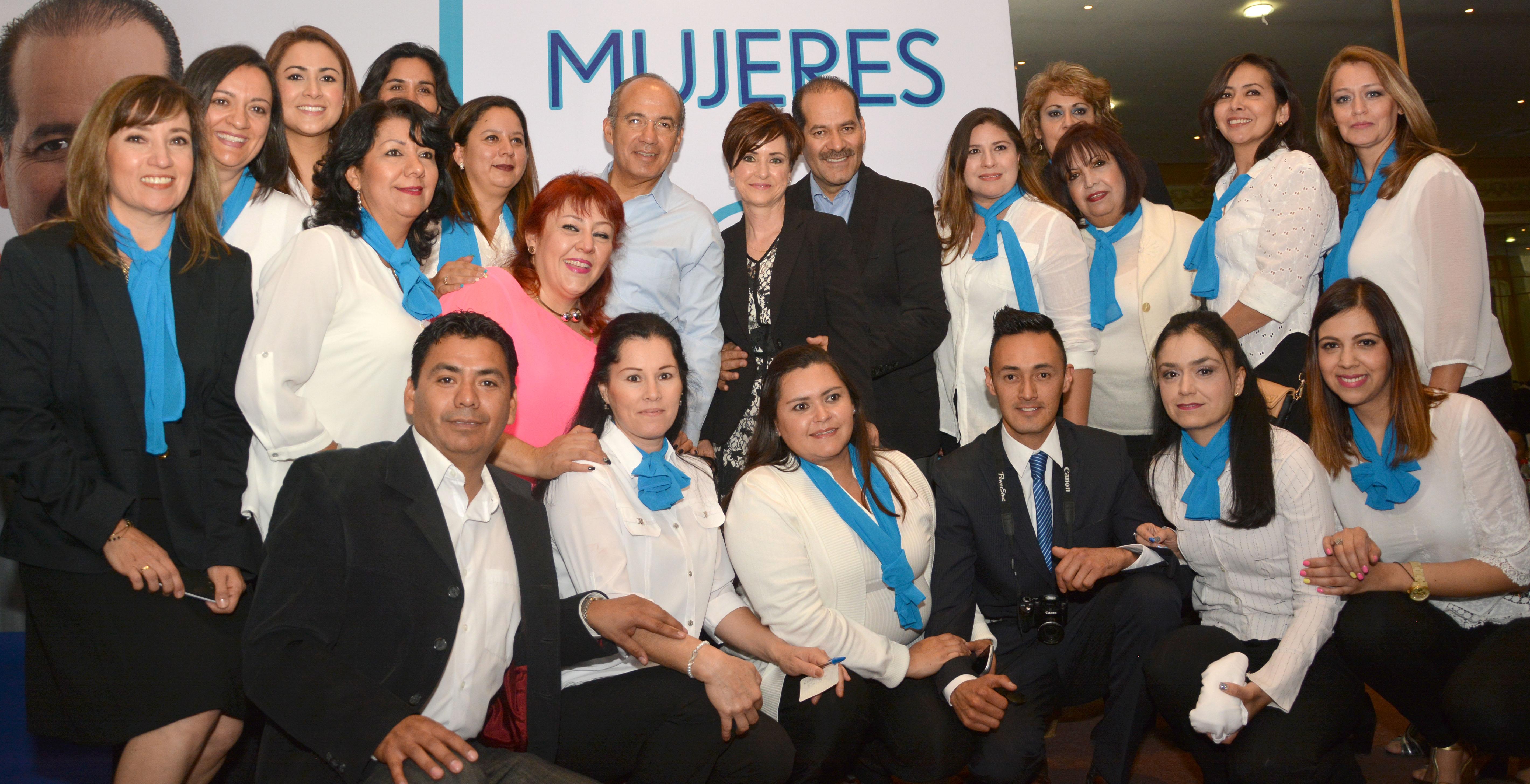 """Cientos de mujeres se toman """"selfies"""" con Fecal y Martín Orozco en Ags."""