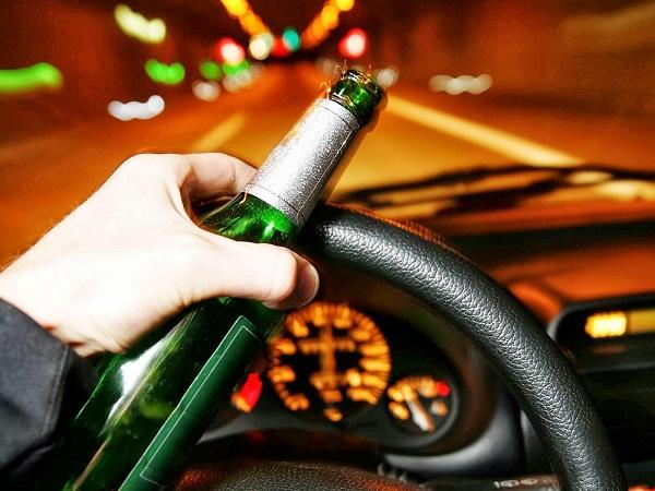 Multa de 730 pesos a pasajeros de vehículos que ingieran bebidas embriagantes