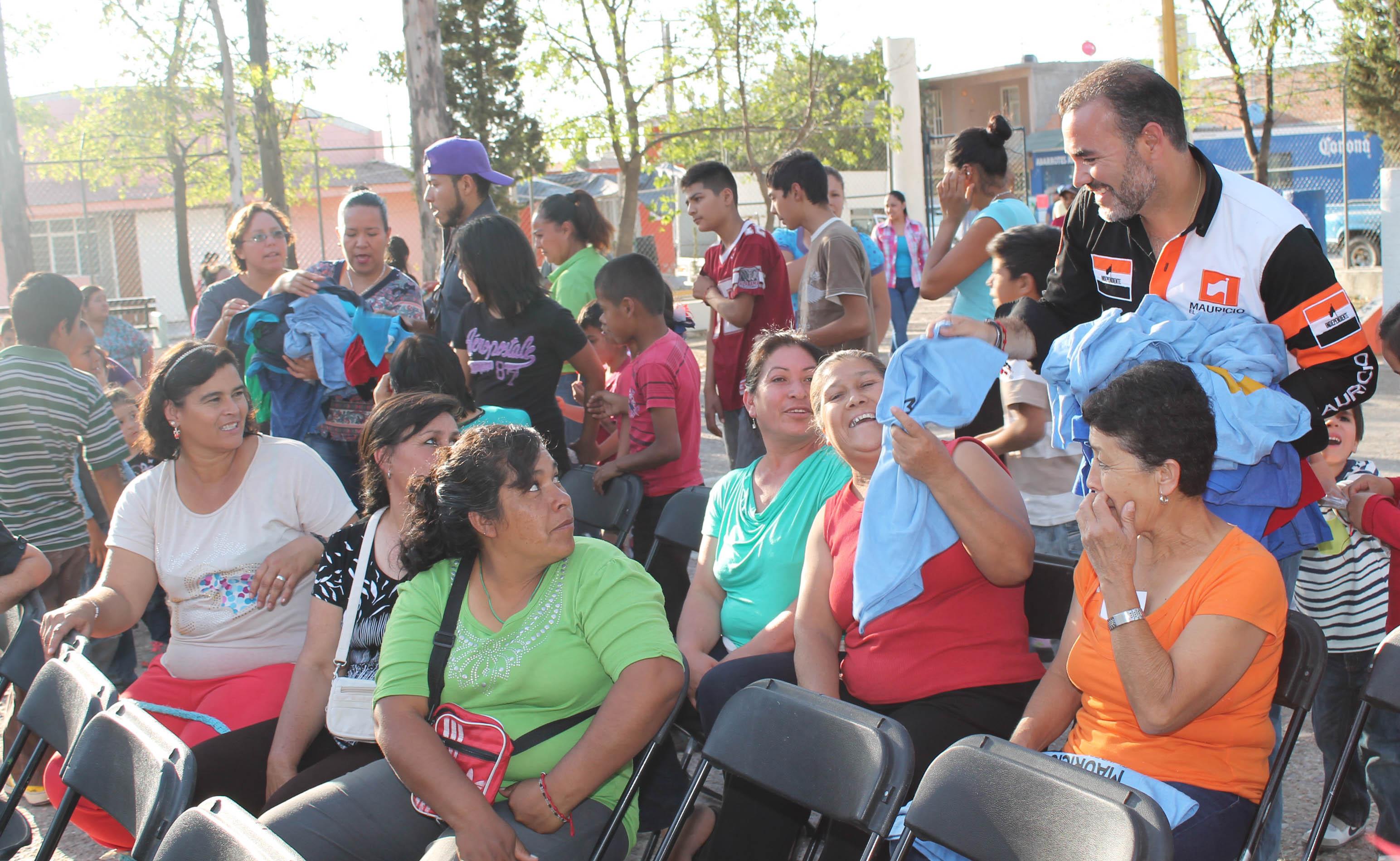 Mauricio González presenta su propuesta ante habitantes de Los Arellano