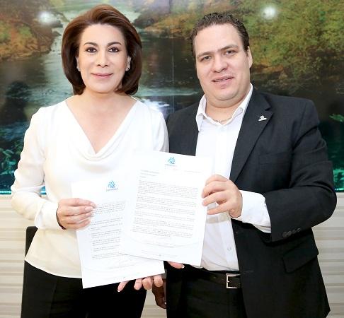 Firma Lorena Martínez compromisos con el sector empresarial de COPARMEX