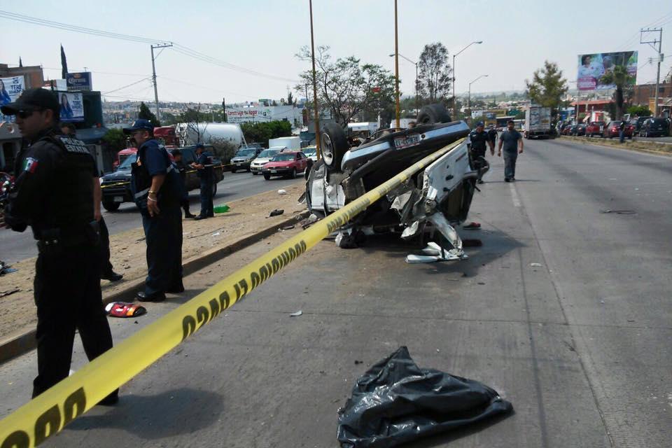 Camión provoca volcadura frente al HGZ 9 del IMSS