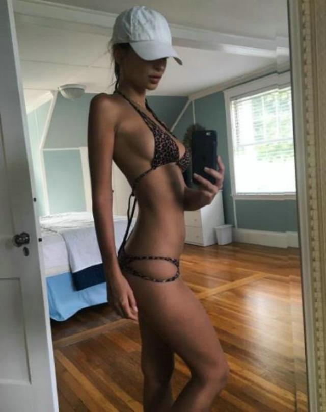 Emily Ratajkowski presume diminuto bikini