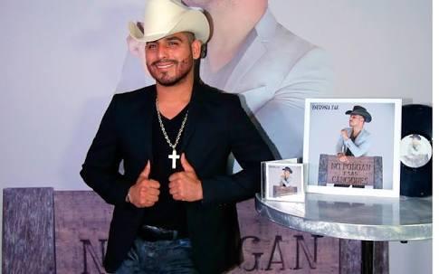 Espinoza Paz se injerta barba