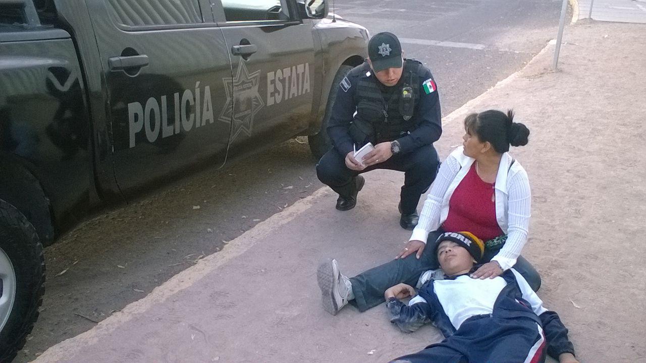 Auxilian Estatales a niño que se convulsionó en la calle
