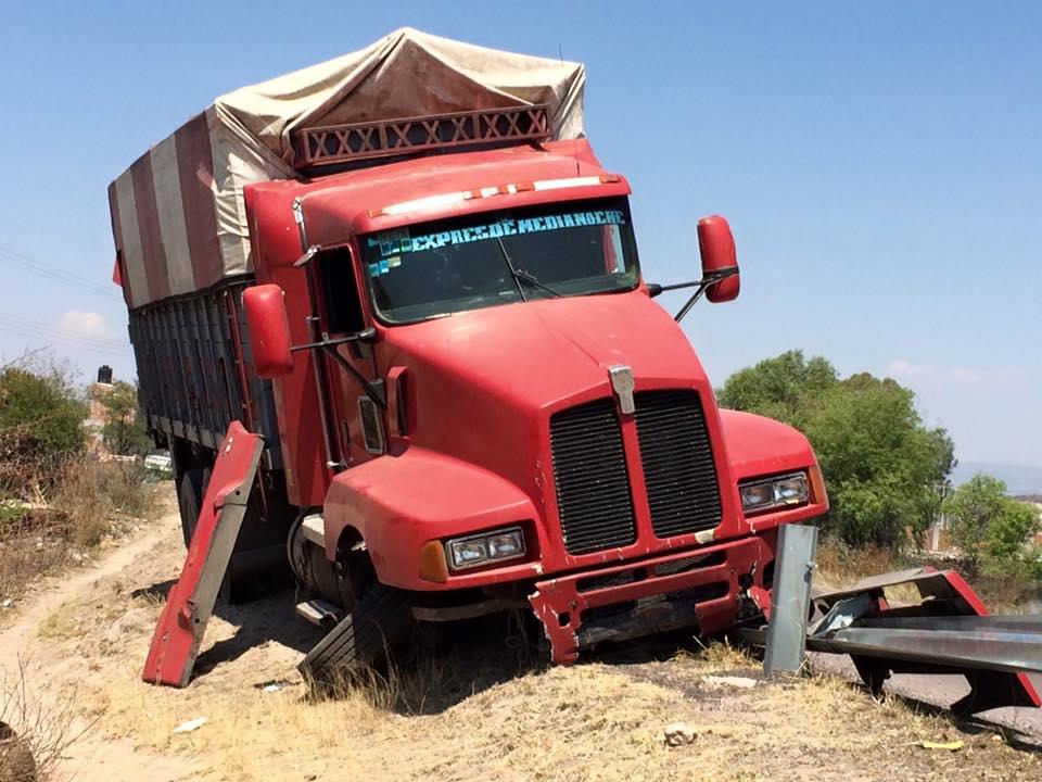 Camión guayabero, a punto de volcarse