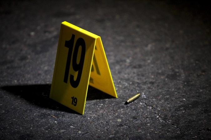 """CULIACAN, SINALOA, 11OCTUBRE2012.- Cuatro presuntos robacoches y un agente de la Policía Ministerial del Estado muertos, fue el saldo que dejó un enfrentamiento entre el grupo de delincuentes y la autoridad, mismo que se registró  por las calles de la colonia Lomas del Bulevar; los policías decomisaron """"Cuernos de Chivo"""", una pistola escuadra y cinco vehículos. El oficial que perdió la vida  fue identificado por sus compañeros como Francisco de Jesús Madrid Amarillas, de 50 años de edad y pertenecía al Grupo de Investigación de Robo de Vehículos. Ministerio Público Especializado en Homicidios Dolosos recogió como evidencia cuatro fusiles AK-7,, calibre ..2xx9 milímetros y una pistola escuadra.El sitio permaneció acordonado por efectivos del Ejercito y las diferentes dependencias de gobierno. FOTO: RASHIDE FRIAS /CUARTOSCURO.COM"""