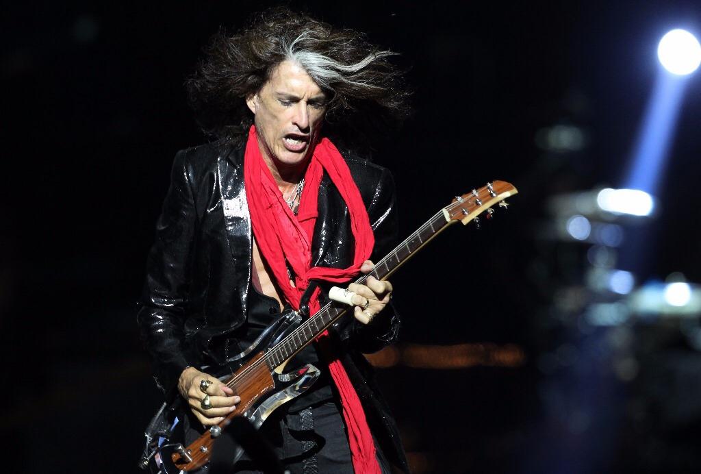 Hospitalizan a guitarrista de Aerosmith; colapsó al bajar del escenario