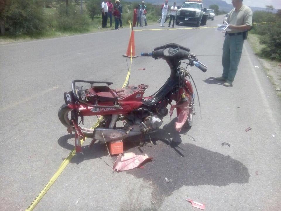 Imprudente joven muere al ser impactado en su motocicleta