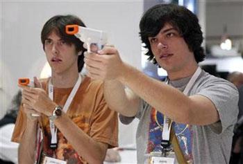 Imagen de archivo de dos jóvenes probando dispositicos de videojuego para la Nintendo Wii en una exposición en Los Angeles, EEUU. Jun 3 2009. Hideo Kojima, uno de los creadores de videojuegos más famoso del mundo, prevé un futuro para el ocio digital fuera de una consola, de cualquiera de ellas.  REUTERS/Danny Moloshok/Archivo