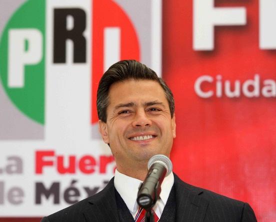 20105085. México, D.F.-  El precandidato del PRI a la Presidencia de la República, Enrique Peña Nieto, partió la tradicional rosca de Reyes y convivio con miembros de la prensa en la ciudad de México. PRESIDENCIABLES. NOTIMEX/FOTO/GUSTAVO/GDH/POL/