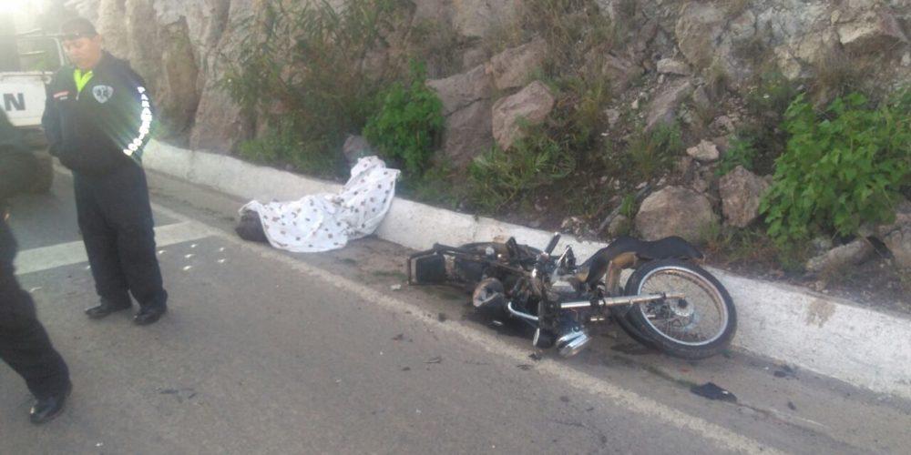 Atropelló a un motociclista, lo mató, bajo del auto y se dio a la fuga en Ags