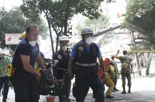 Rescatistas de Ags. colaboran para extraer a seis personas debajo de los escombros