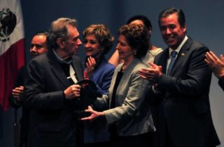 María Cristina García Cepeda y Enrique Bátiz, con su reconocimiento, la presea FIC 2017, en el Teatro Juárez, en la ciudad de Guanajuato, donde ayer se efectuó la inauguración del Festival Internacional Cervantino