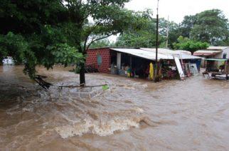 Piden ayuda pobladores de Santiago Tuxtla por severas inundaciones