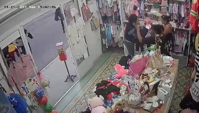 Video de ladronas robando tienda de ropa en Aguascalientes