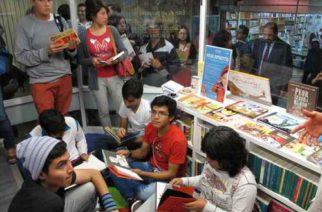 Lectores ojean ejemplares en uno de los módulos del pasaje Zócalo-Pino Suárez, durante la inauguración en julio de 2015 de la Estación de Lectura y Librería para Niños y Jóvenes