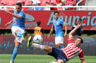ZAPOPAN, JALISCO. 2AGOSTO2015.- El jugador del Cruz Azul Christian Giménez, disputa un  balón frente al contrario del Chivas, Israel Castro, esto en partido correspondiente a la Jornada 2 del Torneo Apertura 2015 de la Liga MX, en donde se enfrentan los equipos de las Chivas de Guadalajara frente a la Maquina de Cruz Azul, en partido que se lleva a cabo en el Estadio Omnilife.FOTO: RUBÉN ESPINOZA/ CUARTOSCURO.COM