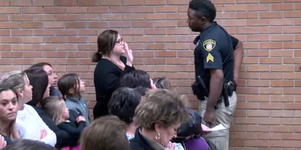 (VIDEO) Encarcelan a maestra por preguntar sobre el sueldo en reunión escolar
