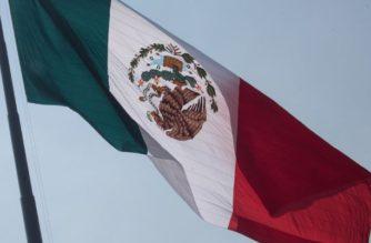 En su día, izan bandera de México al revés