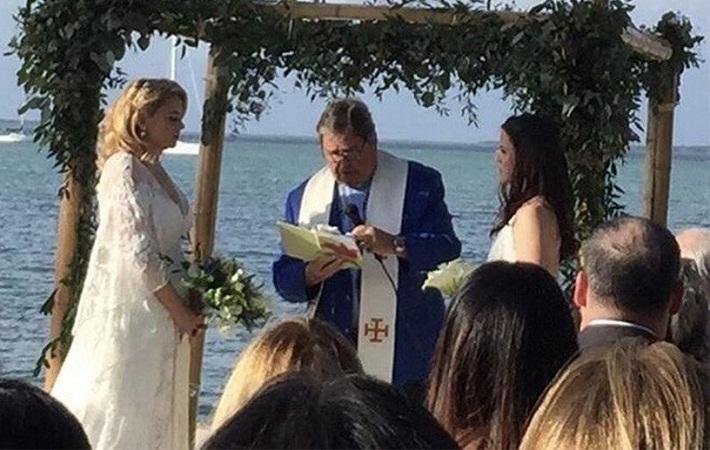 Despiden a maestra de primaria por casarse con su novia en Florida