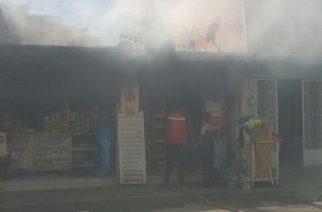 Sofocan incendio en casa habitación y tienda de abarrotes en Pabellón