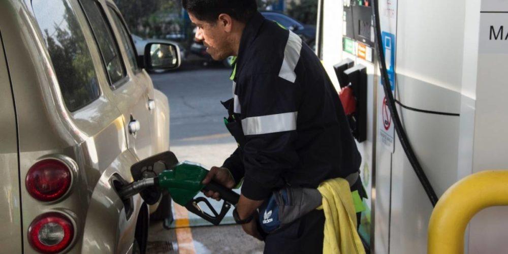 AMLO señala gasolinas baratas, se equivocan en datos y culpa a la CRE