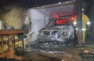 En Aguascalientes se incendia camioneta en cochera