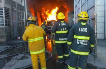 Bomberos intoxicados por combatir fuerte incendio en SFR, Aguascalientes