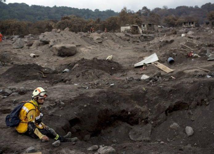 Guatemala: aún rescatan cuerpos tras erupción de volcán