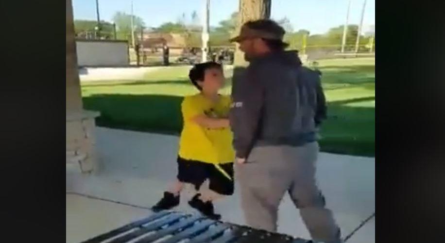 Niño golpea a adulto porque no le permitió rayar coches en un parque