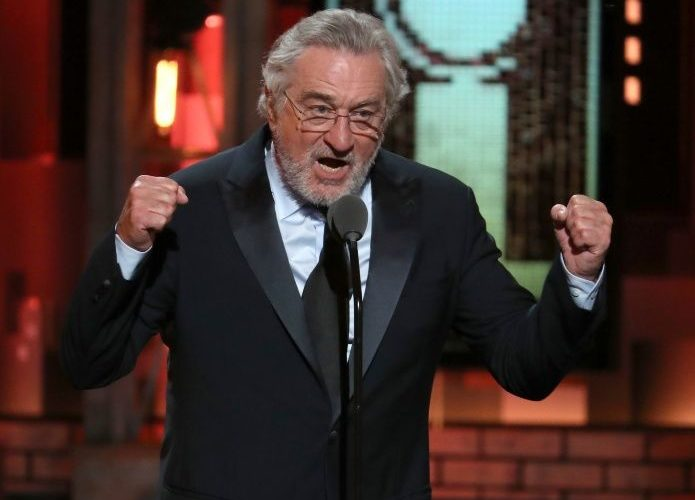 Ovacionan a Robert de Niro por su insulto contra Trump