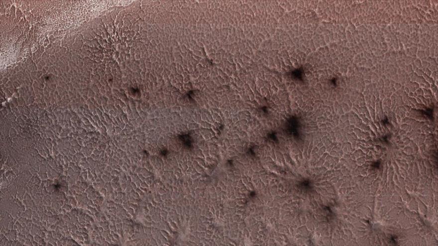 """La NASA retrata """"arañas despertando en primavera"""" en Marte"""