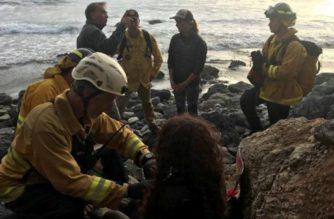 Mujer cae a un acantilado y sobrevive siete días gracias al agua de su auto