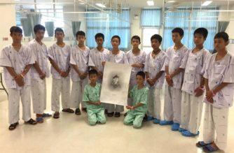 Niños tailandeses honran a buzo que murió en rescate