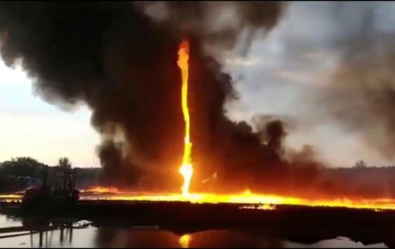 Captan impresionante tornado de fuego durante incendio en Reino Unido