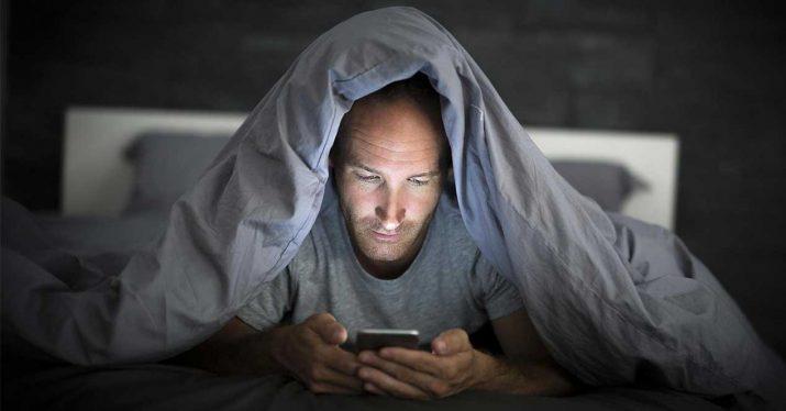Cuanto más rápida sea tu conexión a Internet, menos duermes, según un estudio