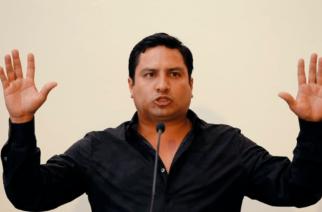 """Captan a Julión Álvarez """"haciendo pipí"""" en pleno concierto"""