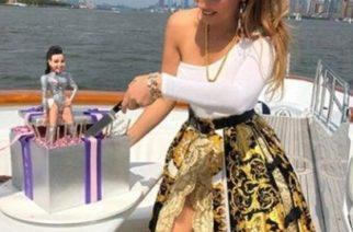 Thalía recibe críticas por posar con falda de 147 mil pesos