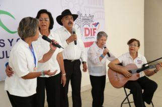 Más de 450 adultos mayores participan en encuentro artístico y cultural