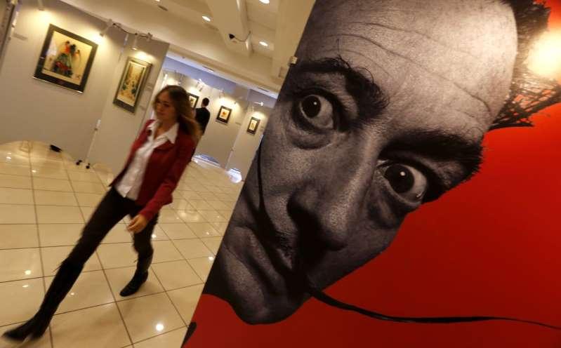 Cuatro jóvenes dañan un grabado de Dalí al intentar tomarse una 'selfie'