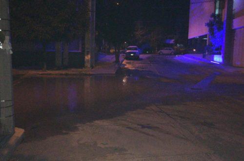 Trabajadores del paso a desnivel de 2o Anillo y San Ignacio provocan gran fuga de agua