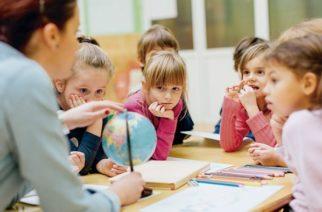 Corren a maestra por decirles a niños que Santa Claus no existe