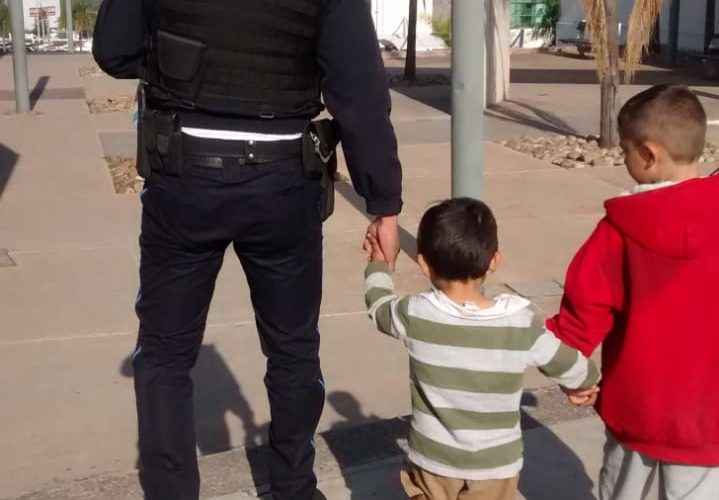 Rescatan a menores de edad que deambulaban solos en Lomas del Ajedrez