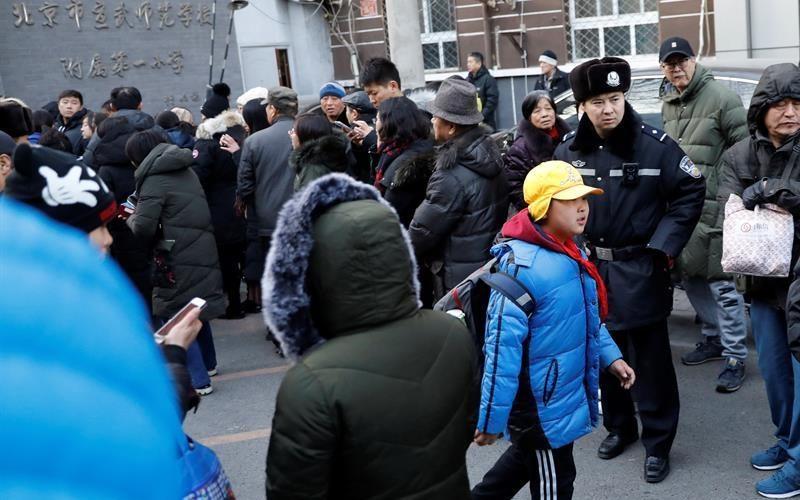 Hombre hiere a 20 niños tras atacarlos con un martillo en una escuela de Beijing