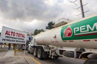 AMLO lanza convocatoria para contratar 2,000 conductores de pipas