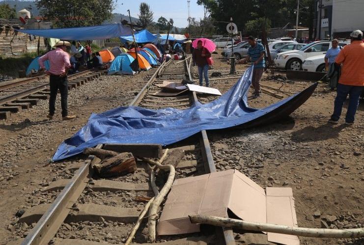 Liberan maestros de la CNTE vías del ferrocarril en Michoacán