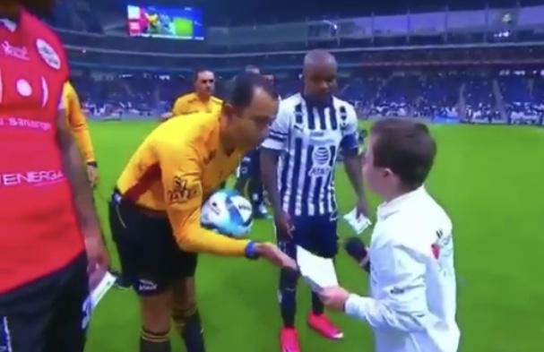 Arbitro se roba el mejor momento de la fecha 6 al animar a niño